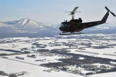 大雪山系方面を飛行する「UH―1」