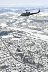 帯広市街地を眼下に飛行する「UH―1」