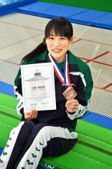 メダルと記録証を手に笑顔を見せる中林真由香