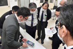 配達で使う端末の説明を受ける十勝バス社員ら(19日)