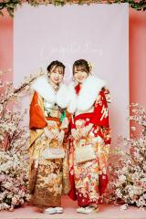 振袖を着て笑顔で記念撮影に応じる新成人(札幌ベルエポック美容専門学校)
