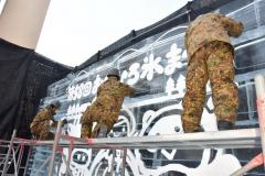 自衛隊員が仕上げに取り組む氷のレリーフ(25日午前10時ごろ)