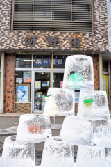 河野園の店の前の景観を整えようと1月から始めたアイスキャンドル