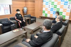 表敬訪問した清水さん(奥)。ざっくばらんな雰囲気で小野町長(手前中央)らと懇談した