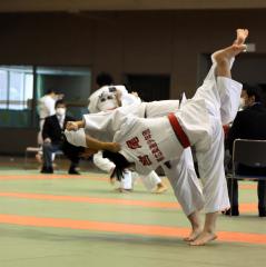 【女子中学生の部決勝】井上朋香(左、帯広少年団)が同門の宮尾莉子に内股を仕掛ける