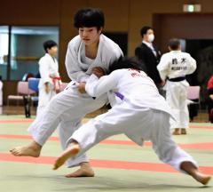 【女子小学高学年の部決勝】井上靖菜(左、帯広少年団)が足払いで相手の体勢を崩す