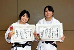 5歳から続けて来た柔道の集大成として決勝を戦い、充実感いっぱいの表情を見せる(左から)野上愛叶と原菜津希