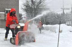 降り続く雪の除雪に追われる市民(29日午前11時15分ごろ、塩原真撮影)