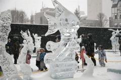 園児らでにぎわう氷まつり会場(29日午前10時半ごろ、北広場で。金野和彦撮影)