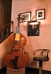 店内には山下さんが演奏するジャズ・ベースが置いてある