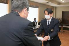 奨学生に選ばれた斉藤さん(右)