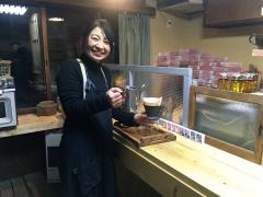 カフェをオープンした坂井さん。「おもてなしを感じてもらいたい」と笑顔で接客している