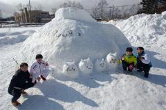 雪像を作った生徒たち