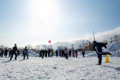 雪上でドッジボールを楽しむ生徒たち