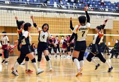 【女子準々決勝・帯緑陽―旭川実】第2セット、ポイントを奪い手を上げて喜びを表現する帯緑陽の選手たち。伸び伸びとしたプレーが光った