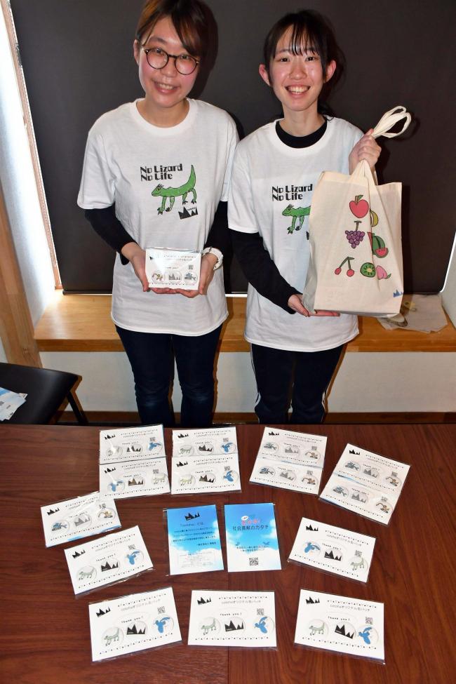 福祉志す女子高生2人がネットショップ 缶バッジ、Tシャツ、バッグ…デイサービス施設の子どもがデザイン