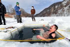 凍結湖の氷使い水風呂楽しむ くったり湖でサウナイベント 新得 2