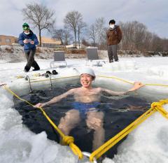 凍結湖の氷使い水風呂楽しむ くったり湖でサウナイベント 新得 3