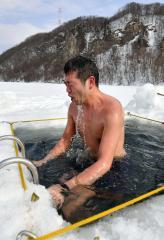 凍結湖の氷使い水風呂楽しむ くったり湖でサウナイベント 新得 4