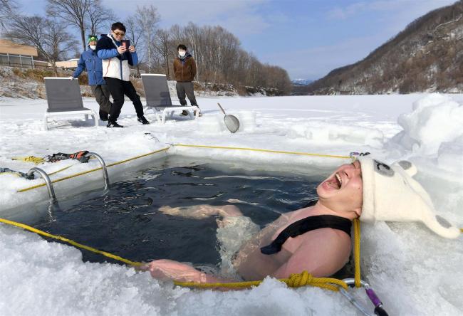 凍結湖の氷使い水風呂楽しむ くったり湖でサウナイベント 新得