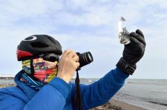 自転車から下りてジュエリーアイスを撮影する参加者