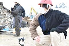 作業風景を撮影する漆原さん(右、15日、タナベで)
