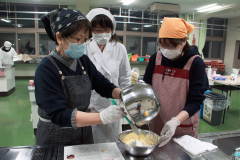 森教諭(中央)の指導を受け、バナナシフォンケーキを調理する参加者