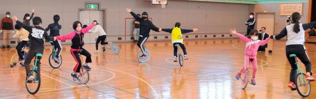一輪車元世界チャンピオンから技術学ぶ 中札内上札内小