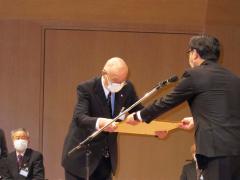 米沢市長(右)より感謝状を受ける高宮会長