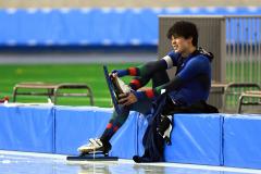 【男子スプリント1000メートル・1回目】レース後、悔しい表情を見せ、スケート靴を脱ぐ松井大和