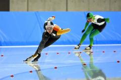 【女子スプリント1000メートル・1回目】1分17秒66のタイムで1位になった郷亜里砂(左)。右は同走の稲川くるみ