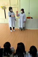 園児に歯磨きの大切さを伝える帯広コア専門学校の学生たち