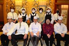 店を支える(前列左から)筒井さん、五十公野さん、田守代表と妻サトさん、上山さん