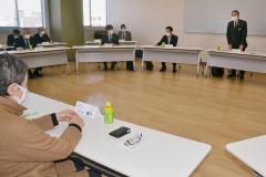 会長を務める市中心市街地活性化協議会の会合。右奥はあいさつする秋元氏(2月3日)