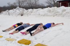 テントサウナで温まった体を雪で冷やす参加者