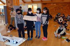 野村さんに宇宙へ連れていく生物を発表する児童たち