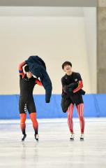 【男子1000メートル】滑走後に笑顔を見せる帯三条の時安清貴(右)、左は同走の高見澤匠冴(小海)