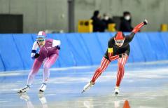 【女子1000メートル】バックストレートで競る(右から)帯三条の水戸咲良と山形中央の真野美咲(中札内中出)