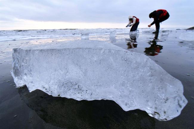 河口できらめく氷塊 22日