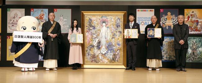 巨大な法華経画 イラストレータの天野喜孝氏描く 日蓮宗