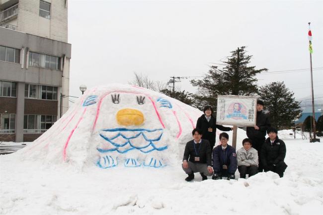 こぼれ話「新得町役場にアマビエの大雪像登場」