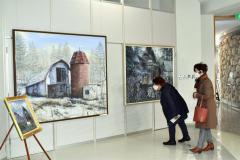 多くの来場者が訪れている森本憲司さんの絵画展