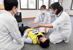 急病者が発生した時の対応をシュミレーションする看護師ら(塩原真撮影)