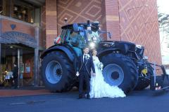 トラクターをホテルへ運び、結婚式前の記念撮影に臨んだ持田さん夫妻