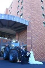 トラクターをホテルに運び、結婚式前の記念撮影に臨んだ持田さん夫妻