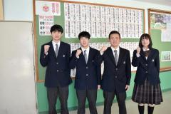 進学先や就職先を知らせる掲示物の前で笑顔を見せる最後の3年生。左から出村さん、田中さん、井出さん、國重さん