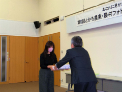 賞状を受ける三浦さん(左)