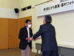 賞状を受ける上野さん(左)