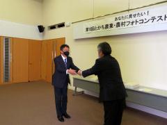 賞状を受ける粟野さん(左)