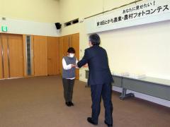 賞状を受ける佐藤さん(左)